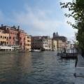 Der Canale Grande mit historischen Haeusern in bunten Farben.