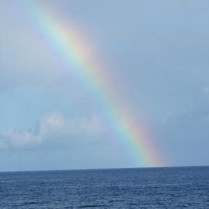 Regenbogen ueber dem Meer.
